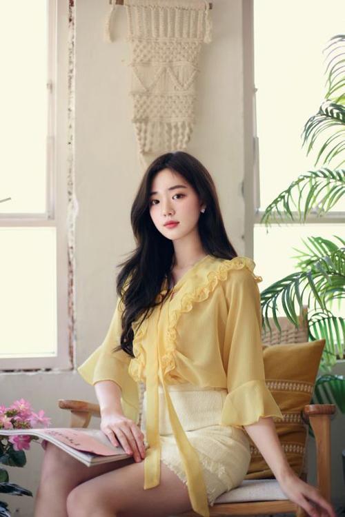Áo màu vàng mơ nhẹ nhàng phối hợp cùng chân váy trắng mang lại nét thanh nhã cho chị em công sở.