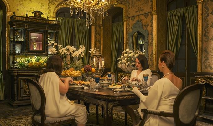 Ngay cả đồ ăn, mỗi nhân vật cũng được dành riêng một món trên bàn do đầu bếp khách sạn 5 sao nấu, phản ánh tính cách của từng người. Món ăn và chén, đũa đều là những món đồ xa xỉ. Đây là một trong bốn phim gia nhập đường đua phim Tết 2021, khởi chiếu từ 12/2 (mùng 1 Tết).