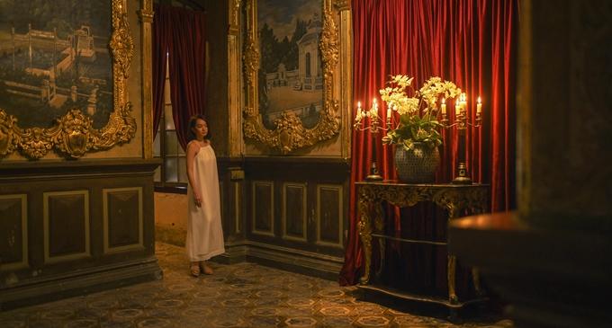 Với tone màu đỏ, căn phòng của Lý Linh (Kaity Nguyễn đóng) ngụ ý về sự đối chọi trong cá tính, mưu mô của nàng út với người chị cả.