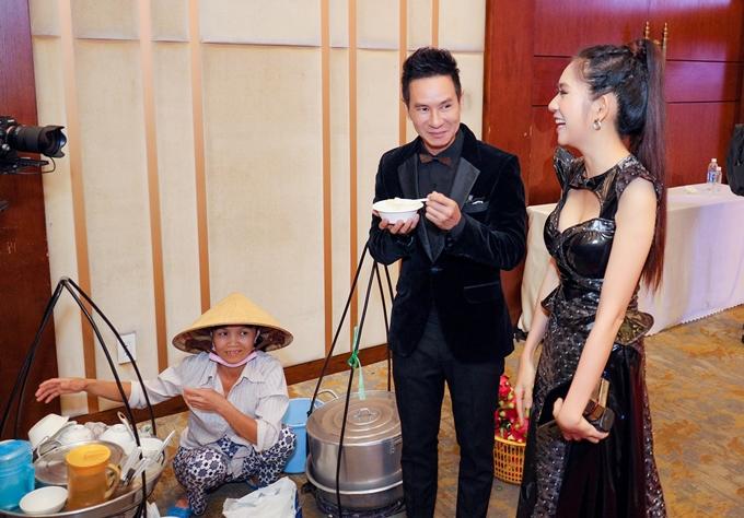 Vợ chồng Lý Hải - Minh Hà ăn tàu hũ miền Tây tại họp báo phim Lật mặt: 48h.