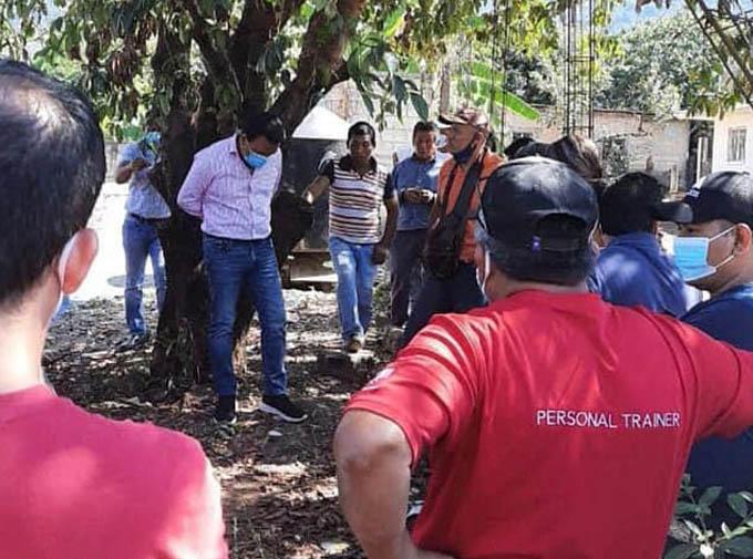 Thị trưởng Ramírez bị trói vào cây trong cuộc họp với các đại diện của thành phố Frontera Comalapa. Ảnh: Twitter.