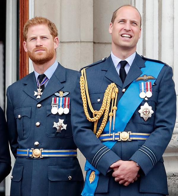 Hoàng tử Harry và Hoàng tử William đứng xem trình diễn của lực lượng Không quân Hoàng gia RAF trên ban công Điện Buckingham hồi tháng 7/2018. Ảnh: PA.