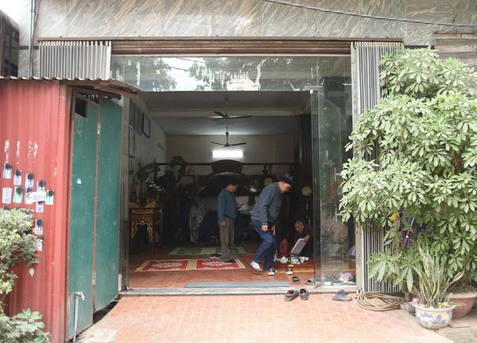 Người thân và hàng xóm tới động viên gia đình ông Hưởng, sau khi hay tin Tràng An gặp nạn.