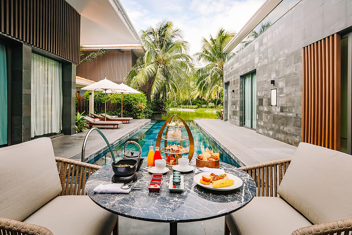 Du khách nghỉ dưỡng tại đây còn có cơ hội được thưởng thức bữa ăn sáng ngay tại phòng hay trà chiều, phục vụ ngay trong biệt thự.