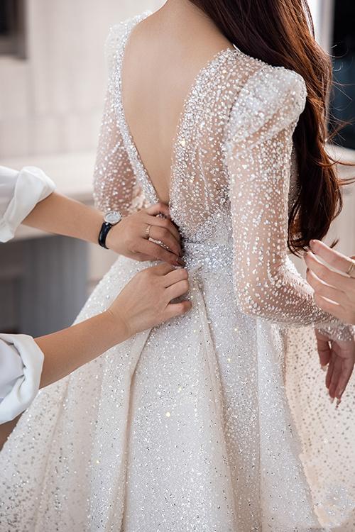 Sau đó, váy được gắn tà phụ để tạo độ bồng bềnh và cũng phù hợp với tính chất trang trọng khi cô dâu cử hành các nghi thức chính của tiệc cưới.