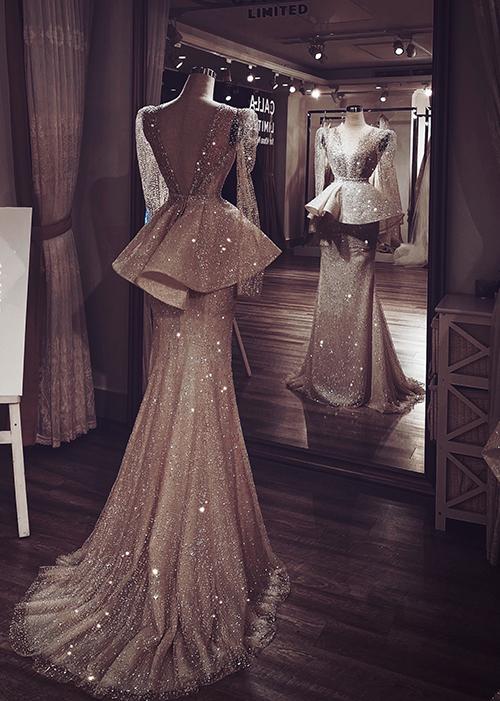 Gần như ngay lập tức, NTK đã vẽ được ra trong đầu ý tưởng về bộ lễ phục hoàn hảo dành cho Khoa Nguyễn. Đó phải là một thiết kế để tôn lên ưu điểm hình thể cho cô dâu, đồng thời đẹp ở mọi góc nhìn - giống như chính những điều Phương Linh cảm nhận được khi say đắm nhan sắc của cô dâu.