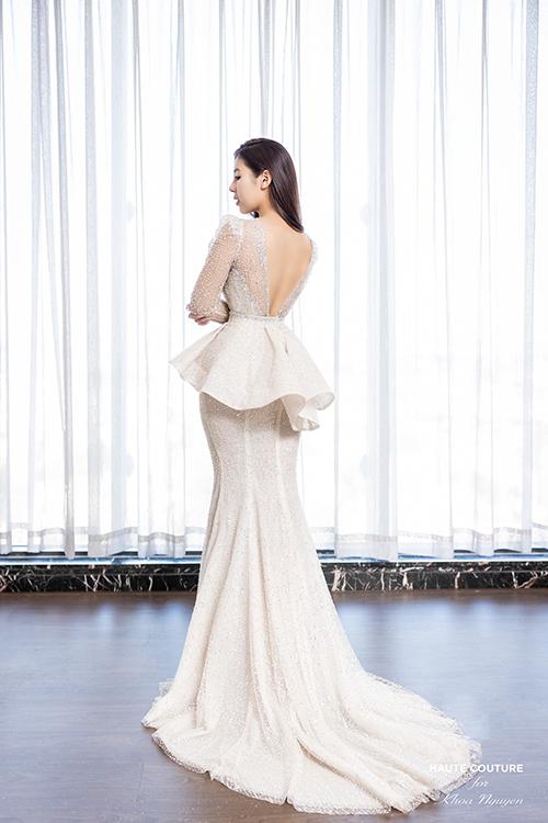 Phía sau váy được xẻ sâu để tôn lưng ong nuột nà của nàng dâu.