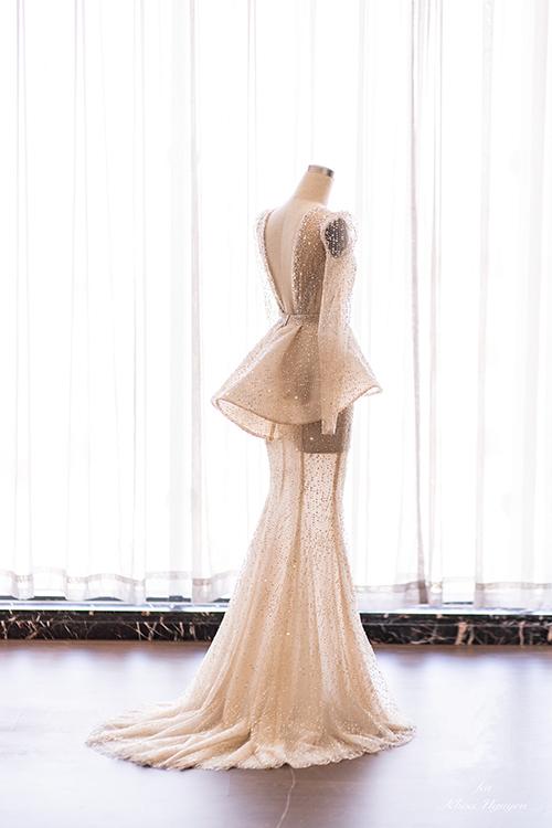 Có hai cách mặc khác nhau trên cùng một chiếc váy. Kiểu dáng đầu tiên phom đuôi cá cách điệu và toàn bộ váy gọn gàng, xinh xắn như một bông hoa calla chớm nở. Chị tiên váy cưới Phương Linh ví von sắc thái này của hoa calla cũng giống như giai đoạn đầu tình yêu mới đến của cô dâu chú rể.