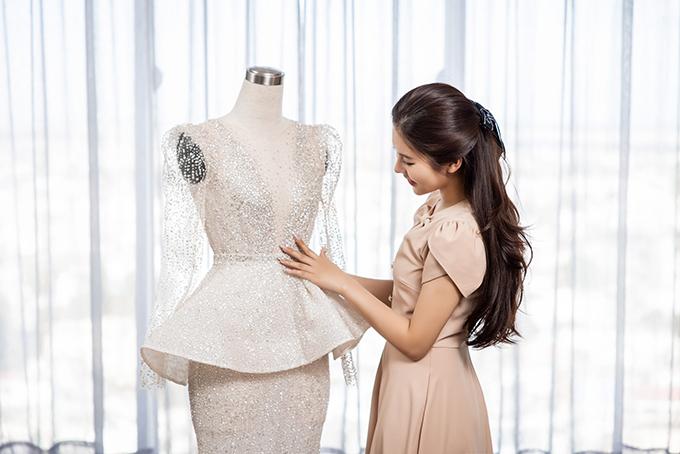 Điểm nhấn trên váy là phần xếp ly ở eo để mọi người chú ý vào vòng eo nhỏ xíu, duyên dáng của cô dâu.