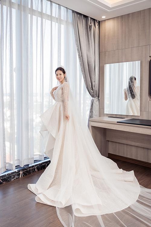 Váy thuộc dòng haute couture nhưng giá thành của nó vẫn được giữ bí mật.