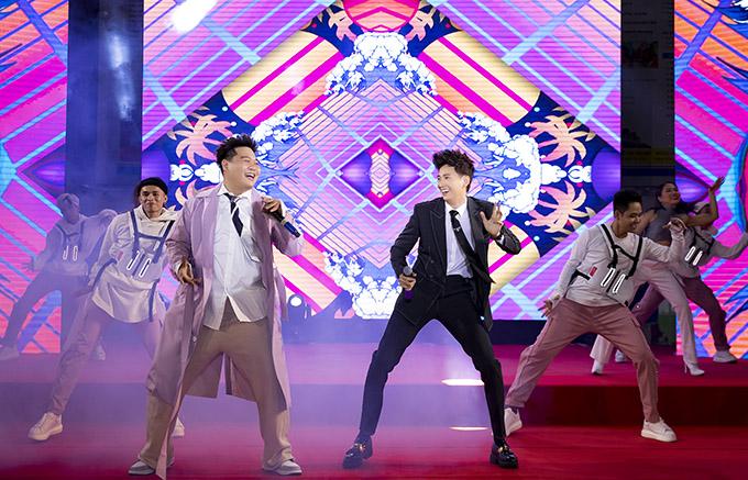 Với sự hò reo, cổ vũ của 5.000 sinh viên dự buổi giới thiệu MV 72 phép thần thông Yuno Bigboi và Ngô Kiến Huy càng diễn thăng hoa trên sân khấu.
