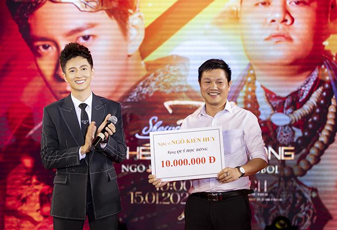 Ngô Kiến Huy trao tặng 10 triệu đồng cho quỹ học bổng của trường Đại học Công nghệ TP HCM để giúp đỡ các sinh viên nghèo vượt khó.
