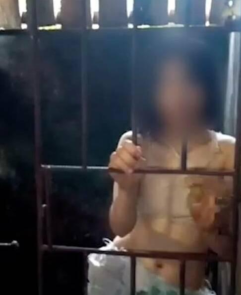 Cô gái đã bị nhốt trong chuồng sắt 5 năm vì gia đình không đủ tiền điều trị. Ảnh: Sun.
