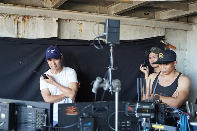 Đạo diễn Lý Hải (trái) và đạo diễn hành động Hải Bùi quan sát một cảnh quay hành động của phim Lật mặt: 48h.