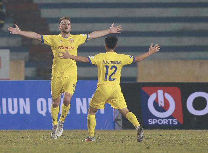 Tiền đạo Gramoz lập cú đúp, góp công lớn giúp Nam Định đánh bại Hà Nội với tỷ số 3-0. Ảnh: Lâm Thoả.