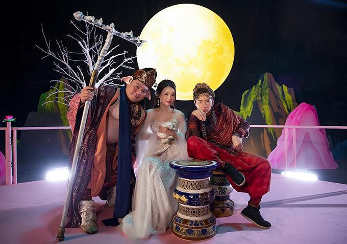 Trong MV diễn viên Sam đóng vai chị Hằng bên chú thỏ ngọc, Yuno Bigboi vào vai Trư Bát Giới còn Ngô Kiến Huy lém lỉnh hoá thân Tôn Ngộ Không.