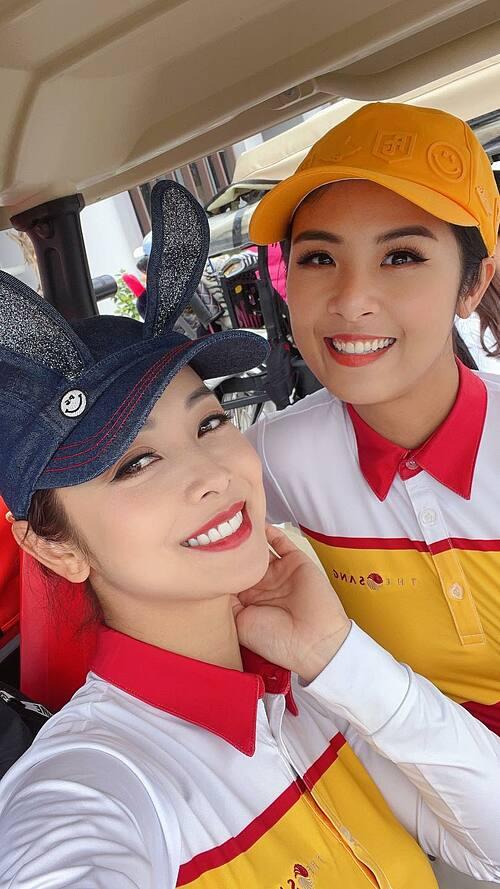 Hoa hậu Jennifer Phạm hội ngộ Ngọc Hân tại sân golf ở Quảng Bình. Đã là bà mẹ bốn con nhưng nhan sắc của người đẹp được nhận xét không mấy kém cạnh đàn em.