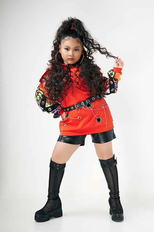 Trang phục hiphop được nhà thiết kế Wuan Phan xây dựng bắt mắt để giúp mẫu nhí thể hiện tạo dáng cuốn hút.