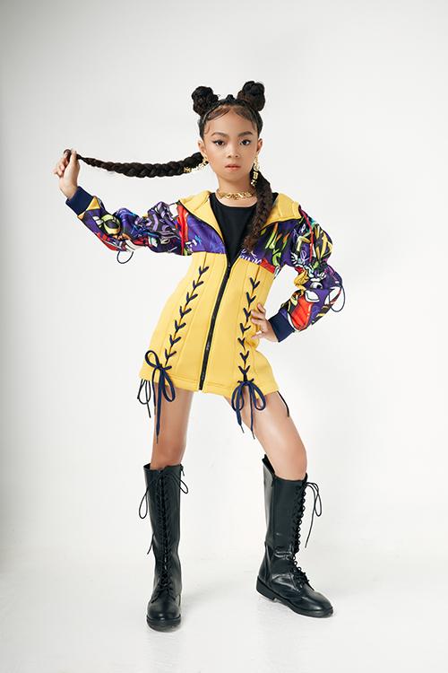 Nhà thiết kế khéo léo xây dựng nhiều mẫu trang phục tôn nét cá tính nhưng khong mất đi sự đáng yêu của các bé.
