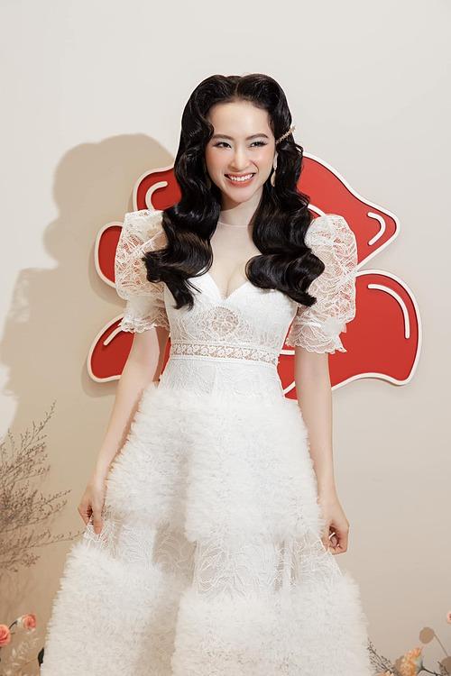 Angela Phương Trịnh rạng rỡ dự sự kiện.