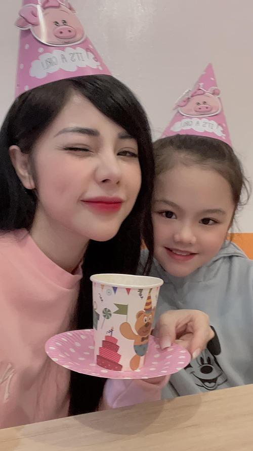 MC Bạch Lan Phương - bạn gái diễn viên Huỳnh Anh - mừng sinh nhật con gái 9 tuổi.