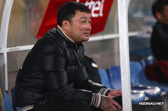 HLV Trương Việt Hoàng ngồi lặng lẽ trong khu cabin kỹ thuật của đội nhà sau trận đấu giữa Viettel và Hải Phòng ở vòng mở màn V-League 2021. Là đương kim vô địch và được chơi trên sân nhà nhưng Viettel bất ngờ thất bại với tỷ số 0-1.