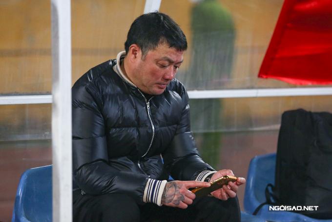 Ông ngồi coi kết quả của trận đấu khác vừa kết thúc trước đó.