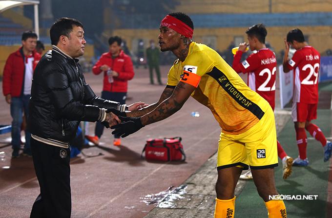 Tiền đạo Fagan cùng một số cầu thủ của Hải Phòng sang chào hỏi HLV Trương Việt Hoàng - người từng có nhiều năm dẫn dắt đội bóng đất cảng trước khi chuyển tới Viettel.