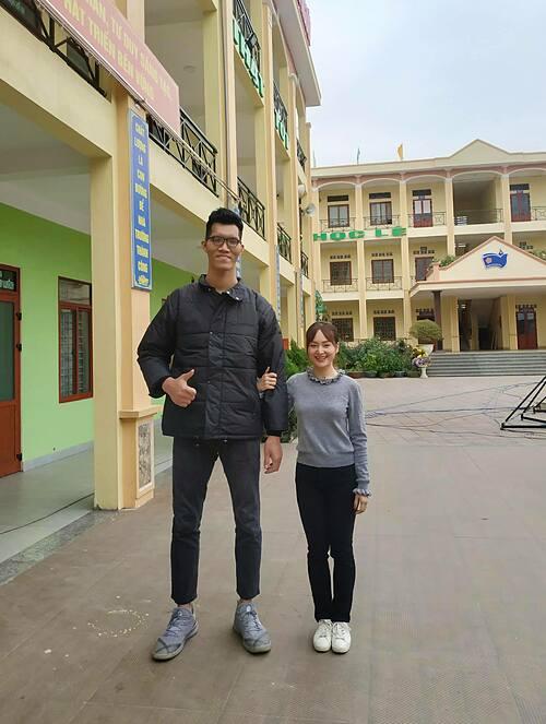 Diễn viên Lan Phương chia sẻ về bức ảnh chụp bên người đàn ông cao hơn 2m khi có dịp về Hải Phòng. Chồng mình đã cao hoá ra vẫn chưa là gì so với bạn này.