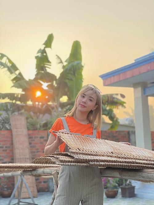 Miko Lan Trinh kể lần đầu tiên cô biết bánh tráng phơi sương là để cho ướt, trước giờ cứ nghĩ phơi là để khô.