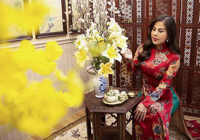 Như Quỳnh nền nã, duyên dáng với áo dài cổ cao, hoạ tiết những đoá hoa rực rỡ. Gam màu đỏ luôn được người đẹp ưu tiên khi chọn váy áo đi lễ chùa, chúc Tết để cầu may mắn trong ngày đầu năm mới.