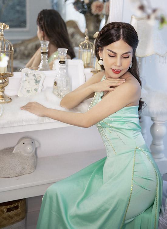 Áo dài biến tấu như váy dạ hội lệch vai cũng được Người đẹp vì môi trường ưa chuộng.