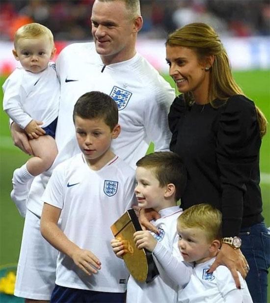 Vợ chồng Rooney bên 4 con trai tại trận đấu cuối cùng trong màu áo tuyển Anh của chàng Shrek năm 2018. Ảnh: Instagram.