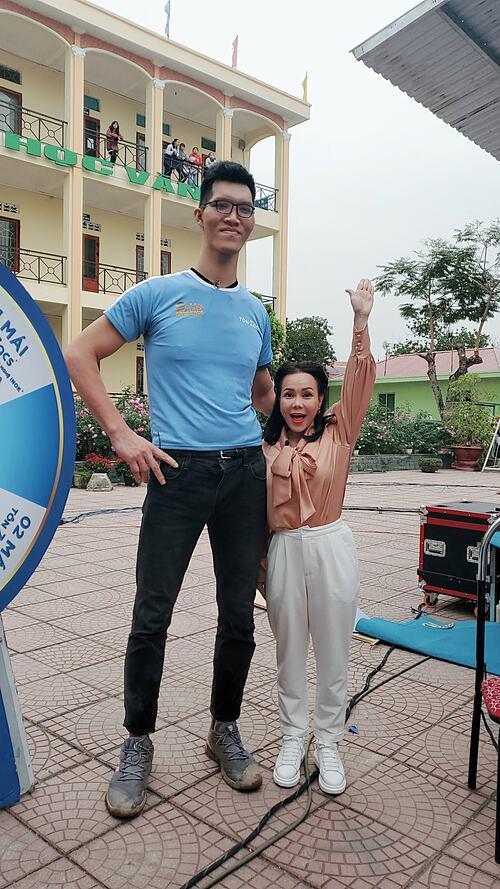 Đừng ai bình luận tấm hình này, em đã đưa tay vẫn không tới đâu, em đang rất buồn, đừng ai an ủi em, kệ em đi, nghệ sĩ Việt Hương bình luân về bức ảnh của mình.