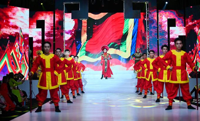 Bella Vũ mở màn Lễ hội Áo dài Phương Lly bằng một tiết mục cải lương được đầu tư dàn dựng công phu.