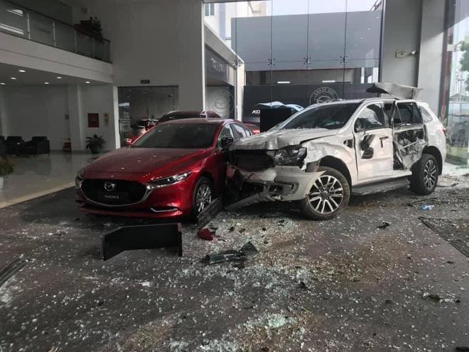 Chiếc ô tô đâm vào trong showroom sau khi đâm vào anh Tạo đang đi bộ