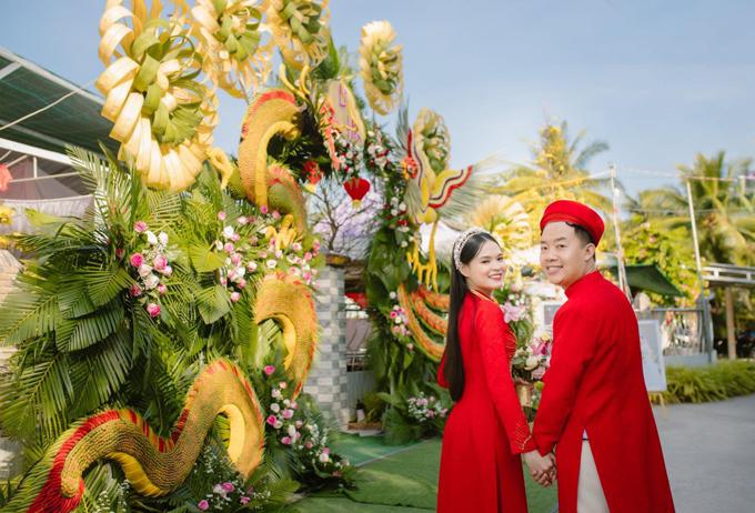 Ngày 10 - 11/1, cô dâu Thanh Trà (giáo viên, 25 tuổi, Châu Thành, Hậu Giang) đã tổ chức lễ cưới với chú rể Lê Vũ Bình (bác sĩ, 29 tuổi, Tam Bình, Vĩnh Long). Hình ảnh về cổng cưới của uyên ương đã được chia sẻ rộng rãi trên mạng xã hội, khiến nhiều người trầm trồ vì mức độ hoành tráng, công phu đậm chất cổng cưới miền Tây.