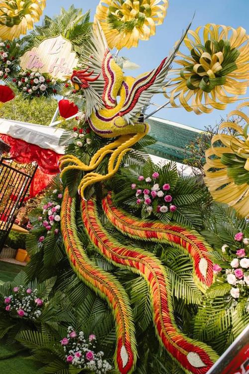 Chi phí của cổng cưới long phụng là khoảng 24 triệu đồng. Cổng cưới truyền thống của người miền Tây thường được làm từ 4 nguyên liệu chính là trái cau, lá khóm, hoa và lá dừa. Mỗi gia đình sẽ dựng cổng cưới theo cách khác nhau tùy điều kiện kinh tế. Các nhà khá giả thường dựng cổng cao, nhiều đường nét, trang trí công phu, cầu kỳ hơn.