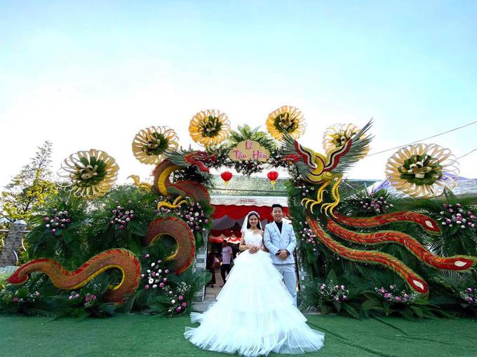 Rạp cưới được dựng tại nhà chú rể ở Vĩnh Long. Ý tưởng chọn cổng cưới truyền thống là do hai vợ chồng mong muốn làm điều gì đó đặc biệt để giữ lại kỷ niệm đẹp về sau, nhắc nhớ về cổng cưới cây nhà lá vườn miền Tây.