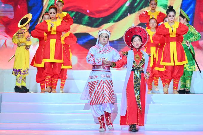 Nghệ sĩ Hoàng Quốc Thanh (trái) từng đoạt huy chương vàng Triển vọng Trần Hữu Trang, nghệ sĩ Hoàng Quốc Thanh đã hướng dẫn trực tiếp cho Bella Vũ thực hiện tiết mục này. Anh là người có nhiều kinh nghiệm trình diễn sân khấu cũng như đào tạo, hỗ trợ các gương mặt mới, các chương trình sân khấu học đường ở nhiều nơi. Nghệ sĩ nhận xét: Tuy Bella Vũ có thời gian dài sống ở Singapore, học trường quốc tế với ngôn ngữ chính là tiếng Anh, nhưng tiếng Việt của bé rất tốt. Nhờ vậy tôi có thể giải nghĩa từng câu hát, lời thoại trong trích đoạn cho bé hiểu nhanh. Tất nhiên với một cô bé mới bắt đầu làm quen cải lương thì không thể đòi hỏi quá cao như nghệ sĩ chuyên nghiệp. Nhưng điều quan trọng nhất là Bella cảm nhận và yêu thích cải lương thì mới có cơ sở để làm tốt trích đoạn kinh điển này.