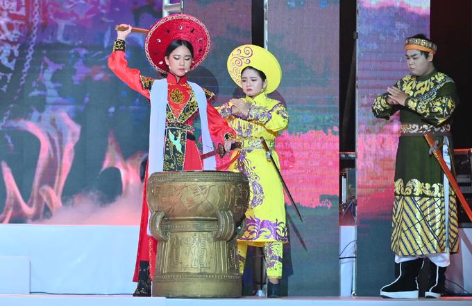 Hóa thân Trưng Trắc - nữ tướng nổi tiếng trong lịch sử dân tộc - Bella Vũ khoe vẻ uy nghiêm, quyền lực trên sân khấu.