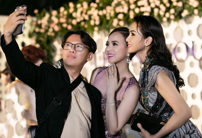 Anh Thư rất vui khi gặp lại diễn viên Đinh Ngọc Diệp và đạo diễn Tạ Nguyên Phúc. Đây là những người bạn từng gắn bó với cô trong làng thời trang, những năm đầu thập niên 2000.