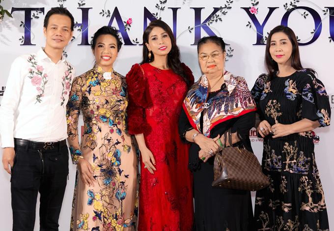 Diễn viên Lý Hương (váy đỏ) cùng mẹ ruột (quàng khăn) đến xem con gái cô diễn catwalk.