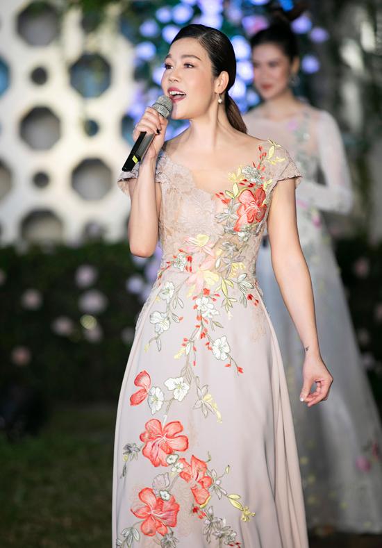 Ca sĩ Thu Phương biểu diễn trong khi dàn chân dài giới thiệu sưu tập mới của nhà thiết kế Hoàng Hải.