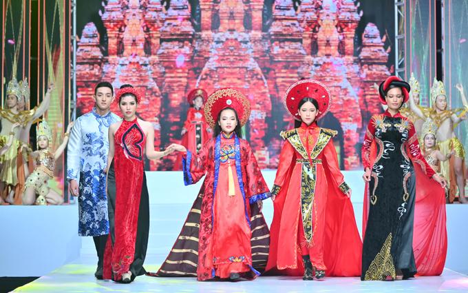 Bella Vũ cùng các người mẫu diễn trong Lễ hội Áo dài Phương Lly. Sự kiện do nhà thiết kế Phương Hồ và đạo diễn Lê Việt phối hợp tổ chức.