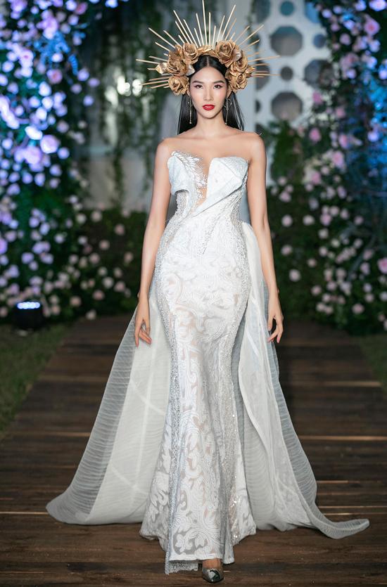 Á hậu Hoàn vũ Hoàng Thùy như nữ thần trong bộ váy cúp ngực sải bước trong đêm tiệc thời trang ở Lãnh sự quán Anh.