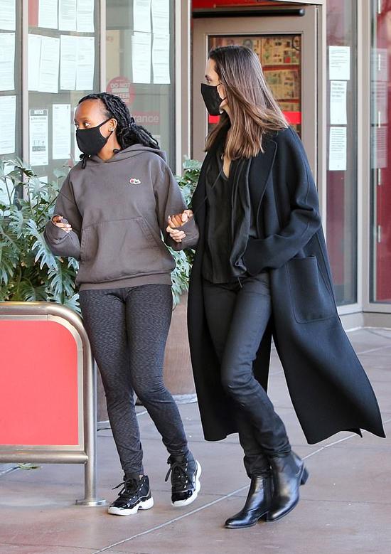 Minh tinh 45 tuổi trẻ trung và thanh lịch khi mặc sơ mi trễ nải kết hợp với quần jean đồng màu và áo măng tô dáng dài. Trong khi đó Zaraha lựa chọn phong cách khỏe khoắn như thường lệ.