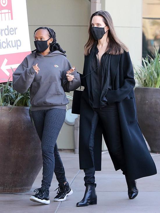 Hai mẹ con Jolie đeo khẩu trang, nắm chặt tay nhau trong khi đi mua đồ.
