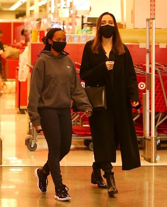 Dịp cuối tuần, Zahara thường xuyên đi mua sắm cùng mẹ.