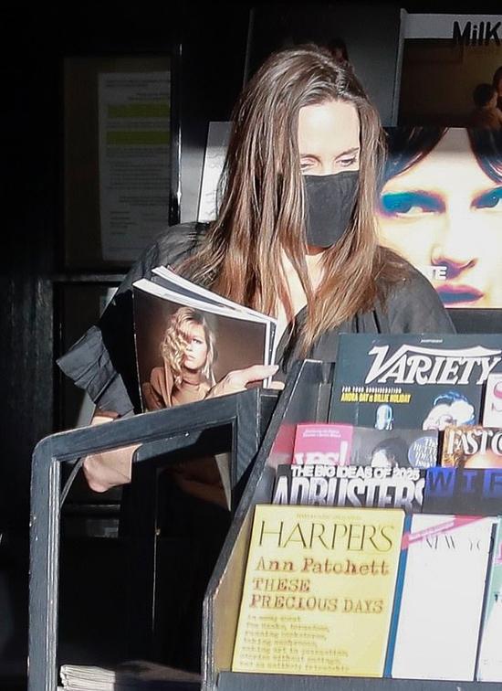 Nữ diễn viên mua một cuốn tạp chí Elle. Cô từng xuất hiện trên trang bìa tạp chí thời trang này vào năm 2019.
